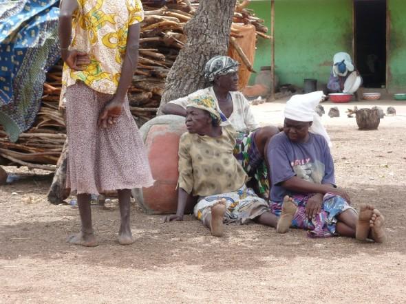In Gushiegu sind die Frauen frei, ihre Anklage abzulehnen und gegen das System der Hexenjagden aufzubegehren. In anderen Asylen gibt es Schreinpriester, die auf einem dauernden Geständnis beharren.